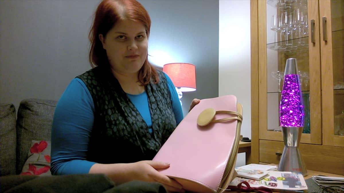 Laura Nummela ja vaaleanpunainen keikkalaukku.