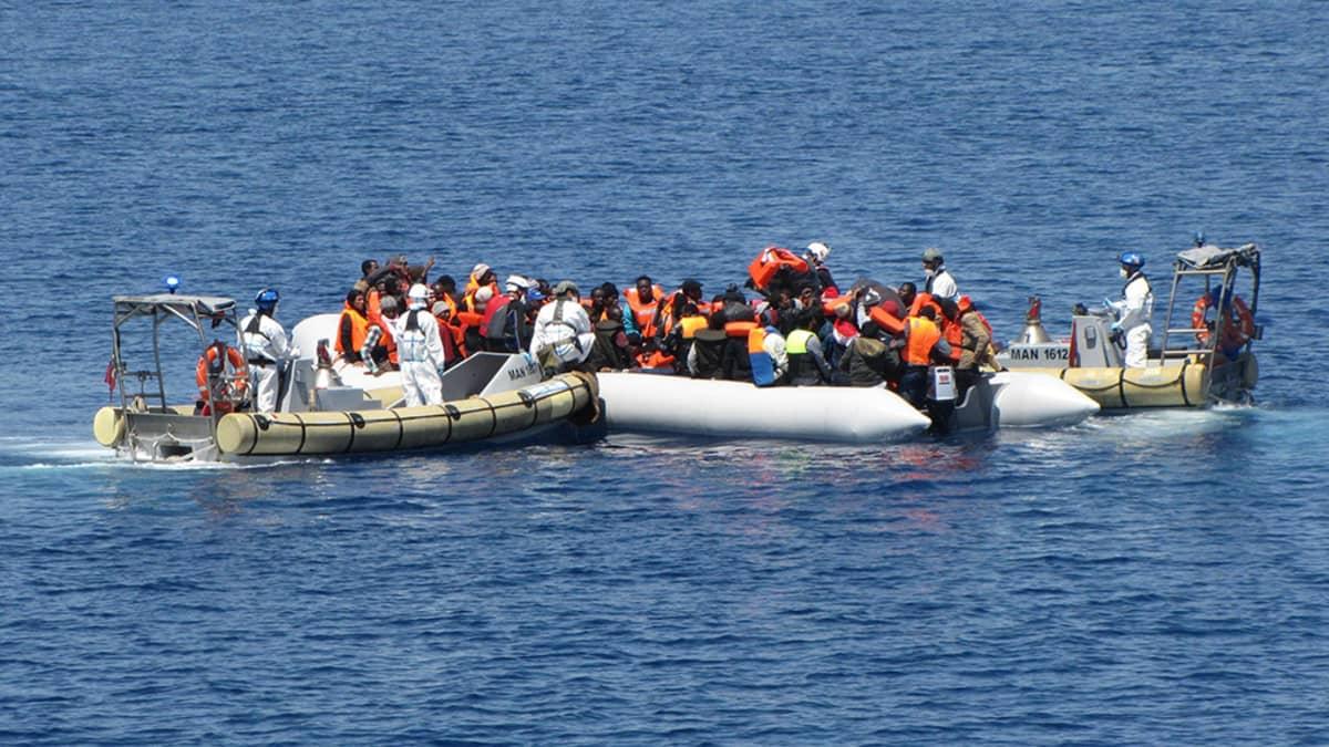 Siirtolaisia pelastetaan Välimerellä.