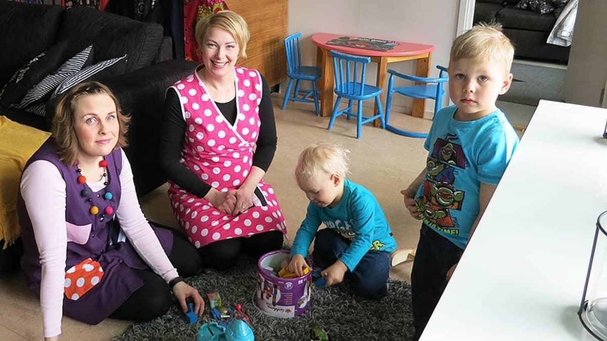 Vasemmalta vaatesuunnittelijat Piia Koponen ja Anna Paloniemi, sekä Annan pojat Artturi ja Viljami