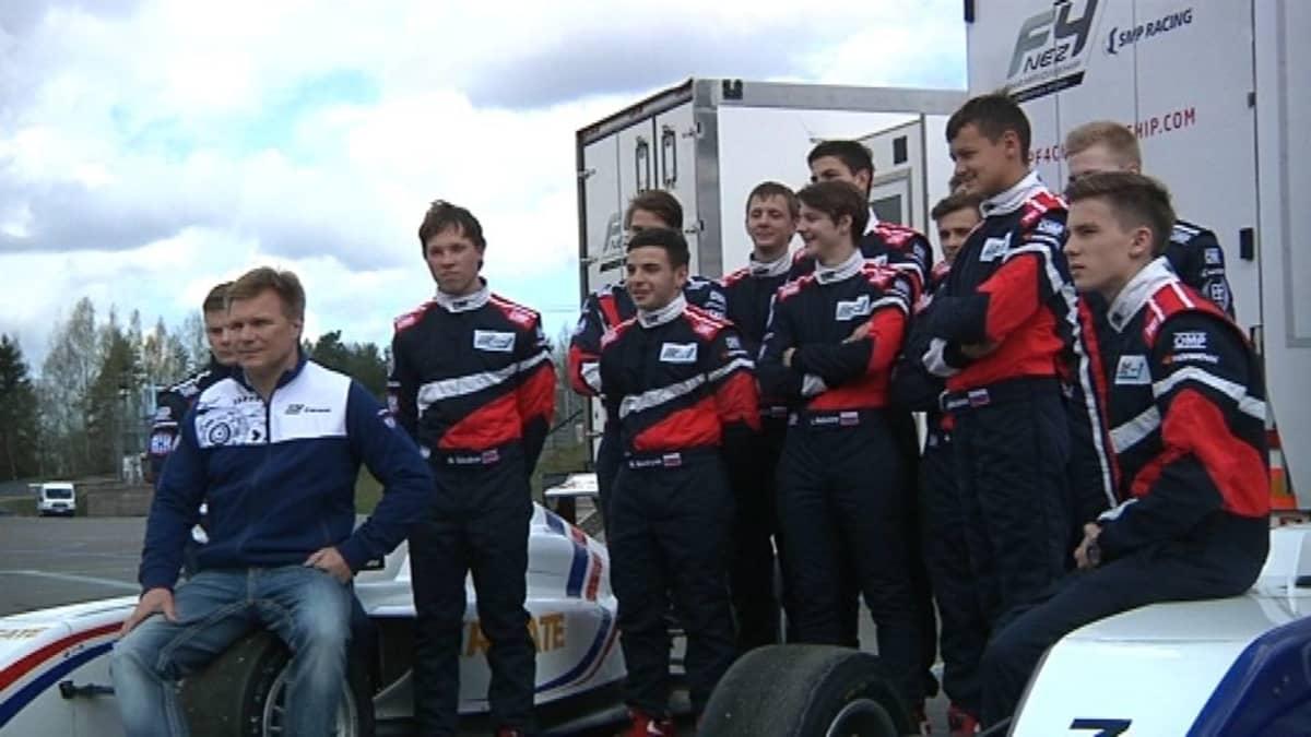 Mika Salo ja nuoria kilpa-autoilijoita