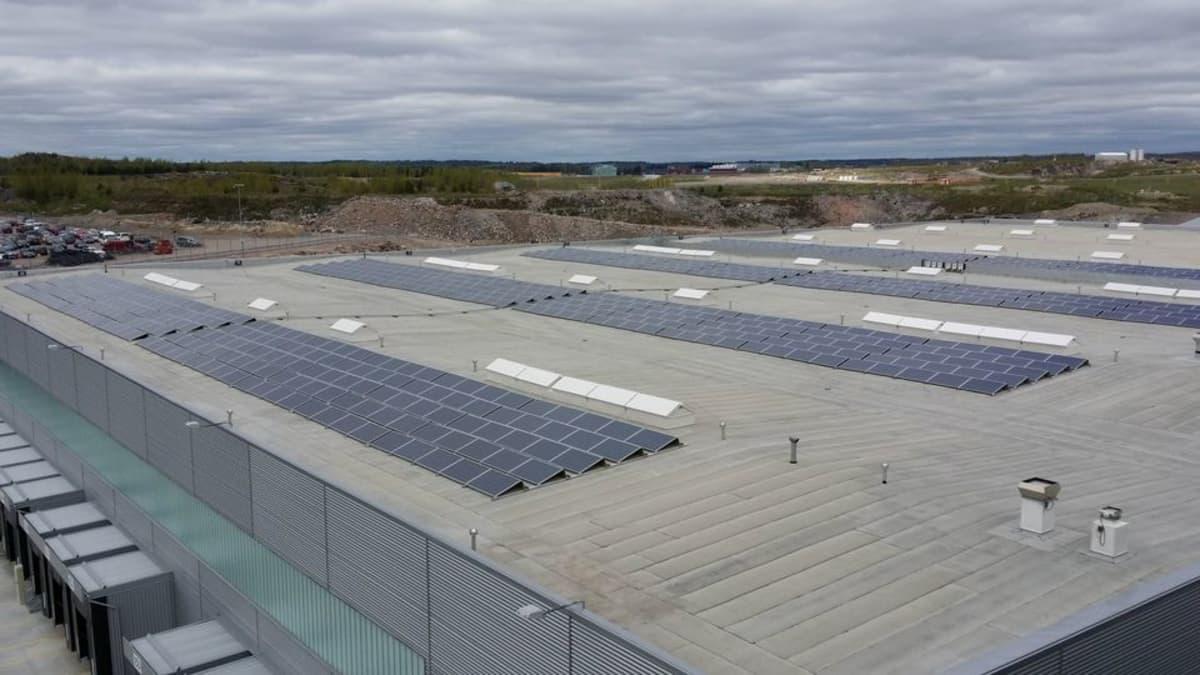 DB Schenkerin terminaali Vantaalla tuottaa osan sähköstään omilla aurinkopaneeleilla, koska se on yhtiölle riittävän kannattavaa.