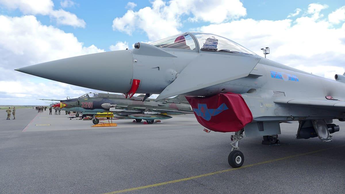 Britannian ilmavoimien Eurofighter Typhoon -hävittäjä Ämarin kentällä Virossa.