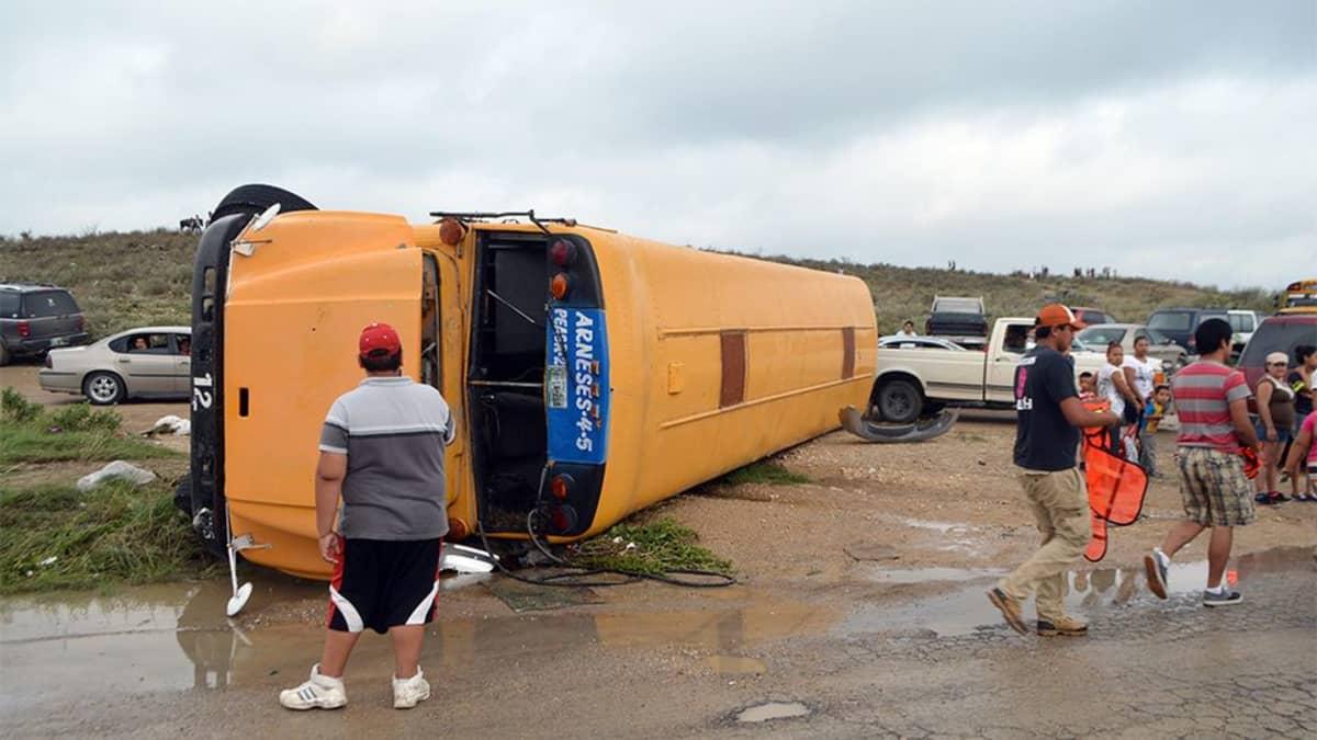 Kaatunut oranssa bussi.