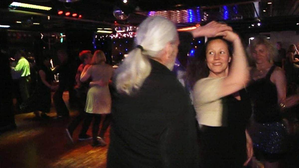Tiina Ranta tuli tansseihin oman kavaljeerin kanssa, mutta sai myös kokeneempaa tanssiseuraa.
