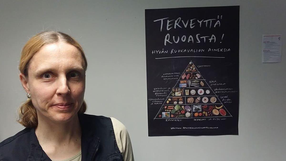 Kuvassa ravitsemussuunnittelija Kati Nynäs,taustalla  ruokavaliojuliste