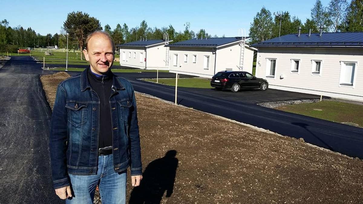 Kuvassa Erkki Ahtiainen ja vaaleita lomakökkejä. Kaduissa tuore päällyste.