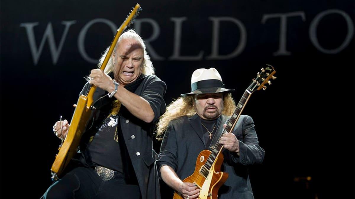 Rock-yhtye keikalla.