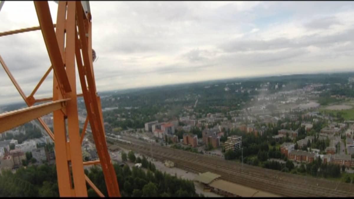 ÖLahden itäisestä radiomastosta avautuu näkymä kaupungin ylle.