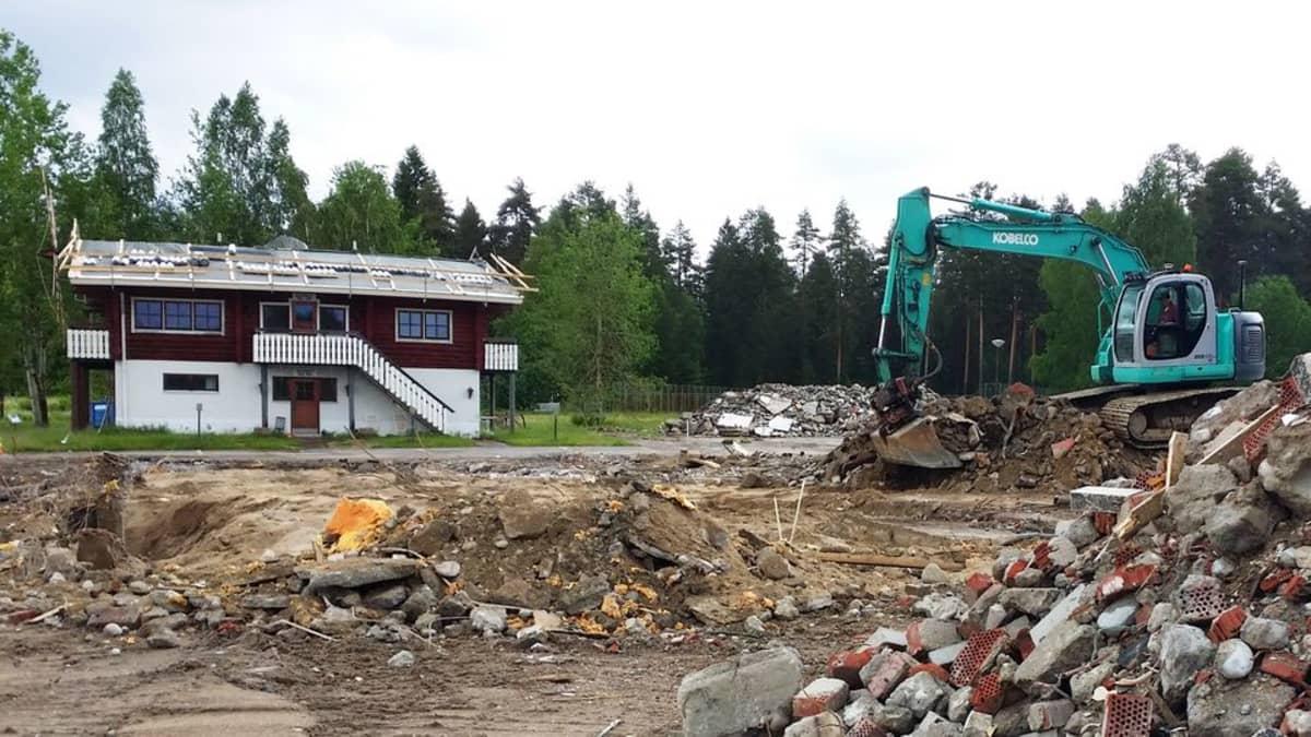 Kaivinkone ja rakennus.