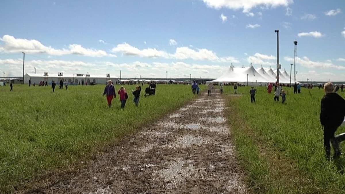 Sade haittasi Suviseurojen alkujärjestelyitä mutta nyt aurinko paistaa ja pellot pääsevät kuivumaan.