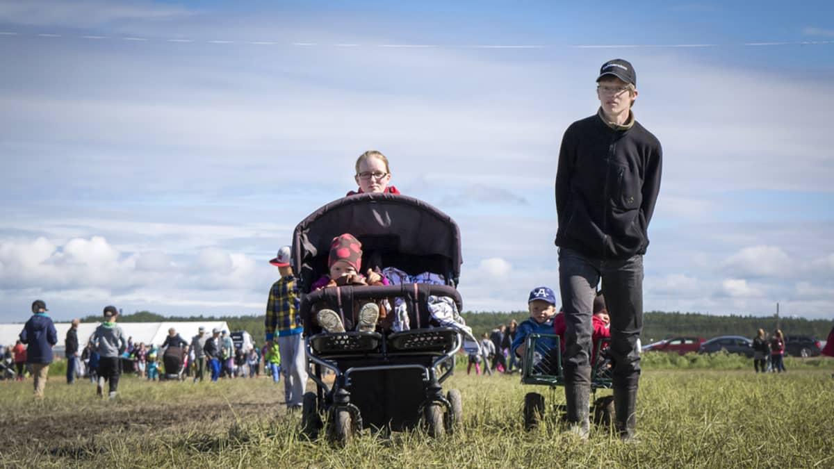 Perhe Suviseurojen peltoaukealla