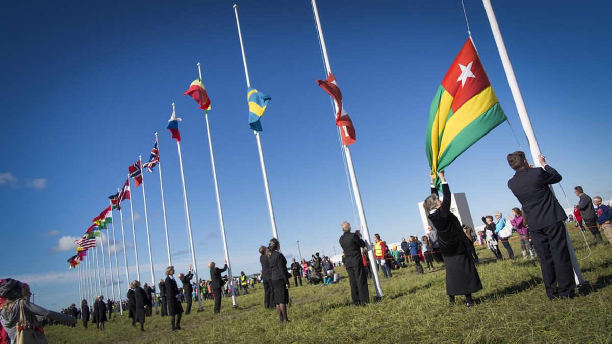 Suviseurojen avajaisseremonia, eri maiden liput nostetaan salkoihin.