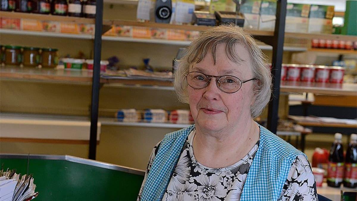 Kuvassa kauppias Anja Kankainen taustalla kaupan hyllyjä