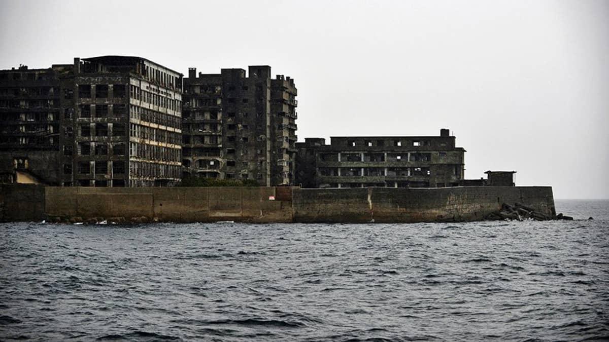 Rauniorakennuksia saaressa.