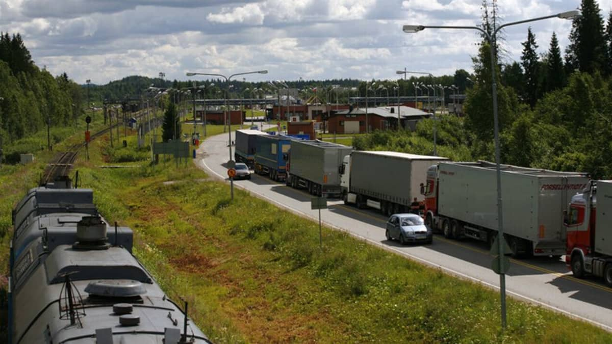 Rekkajonoa Venäjän rajapuomilla vuodelta 2011.