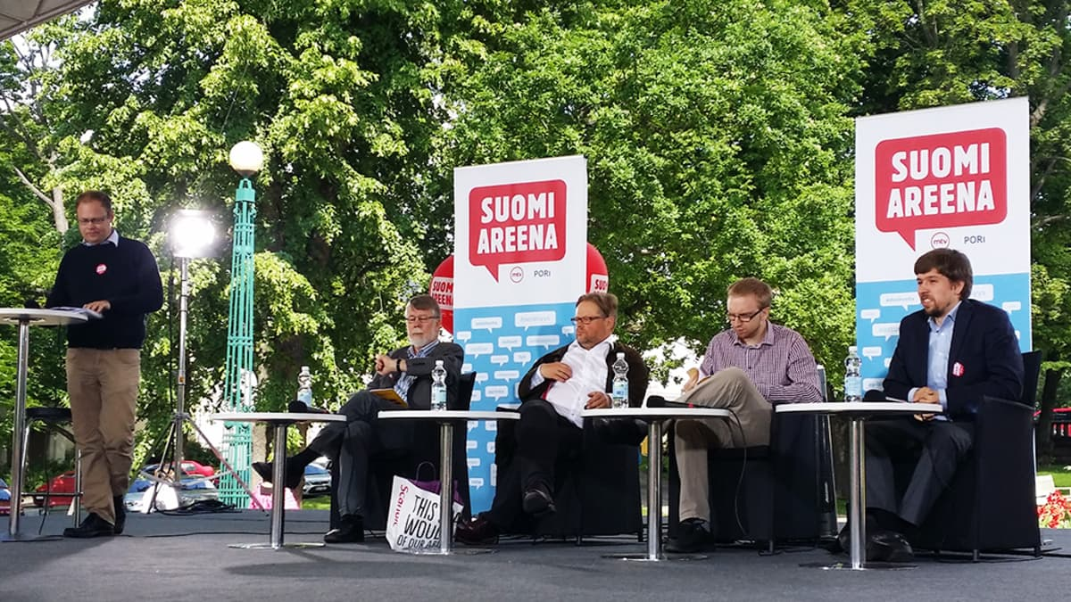 Paneeli Suomi-areenan lavalla.