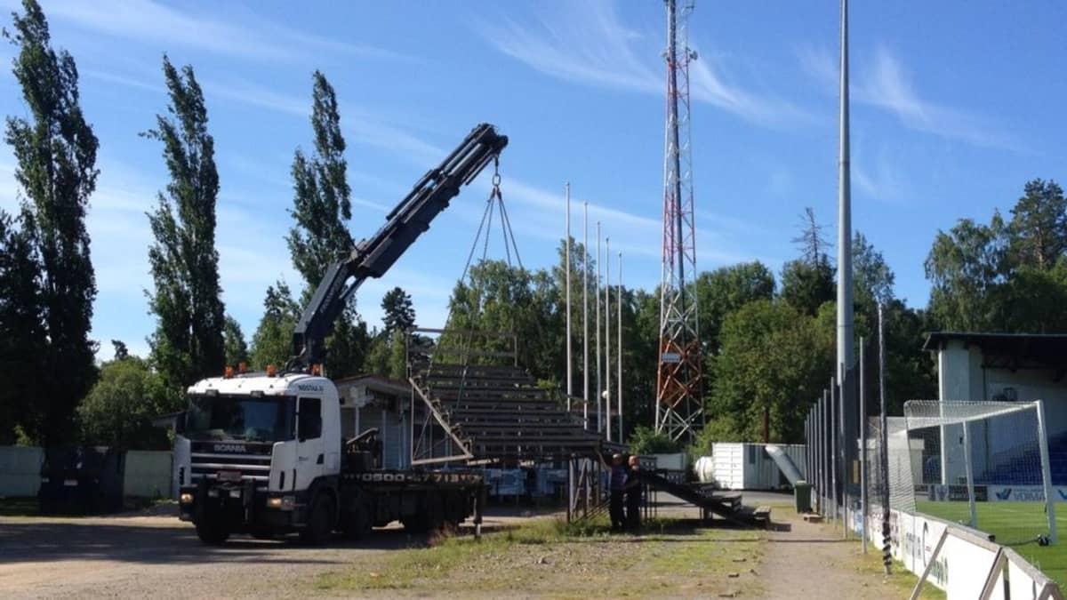 Uuden jalkapallostadionin rakennustyöt käyntiin katsomojen purkamisella.