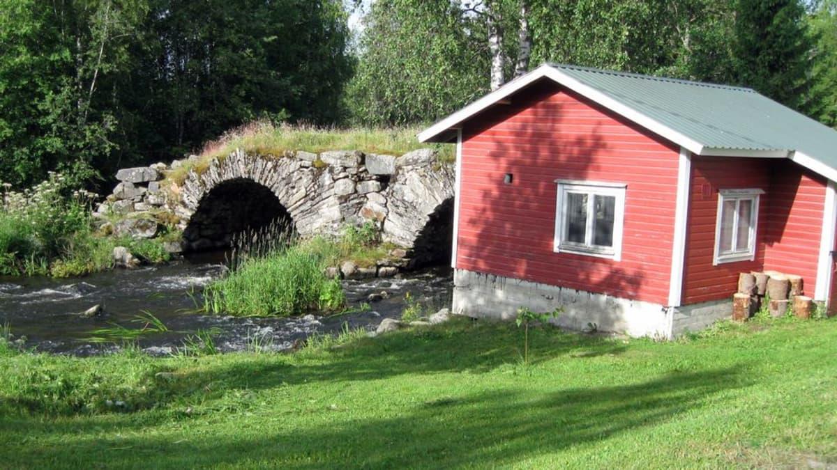 Pieni punainen möki ja kivinen kaarisilta