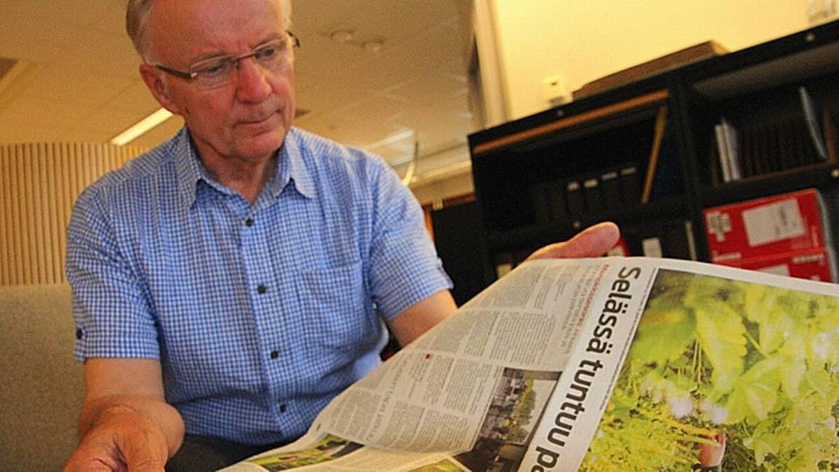 Veijo Turpeinen tutustuu Pohjois-Karjalassa ilmestyvään sanomalehti Karjalaiseen.