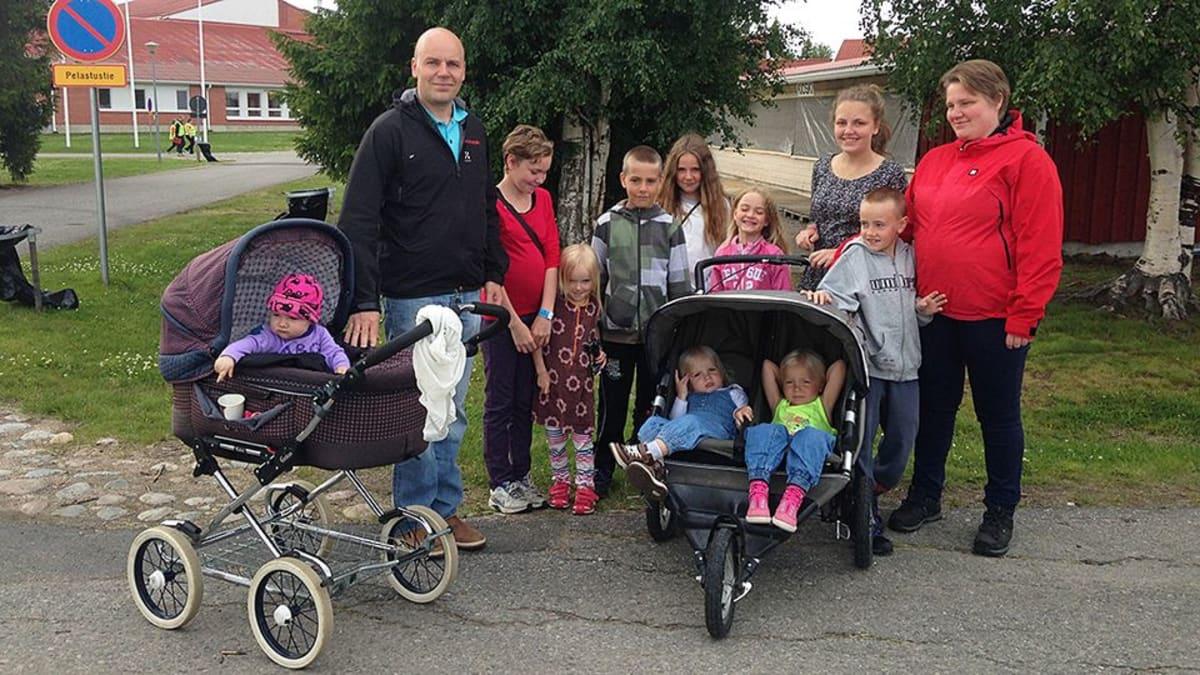 Ville ja Veera Vähä tulivat Karungin Aapajoelta kymmenen lapsensa kanssa Ranualle Opistoseuroihin.