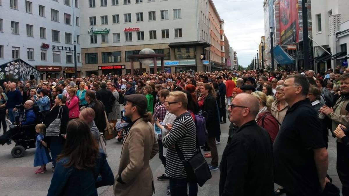 Oulun Meillä on unelma -mielenosoitus keräsi paikalle satoja ihmisiä.