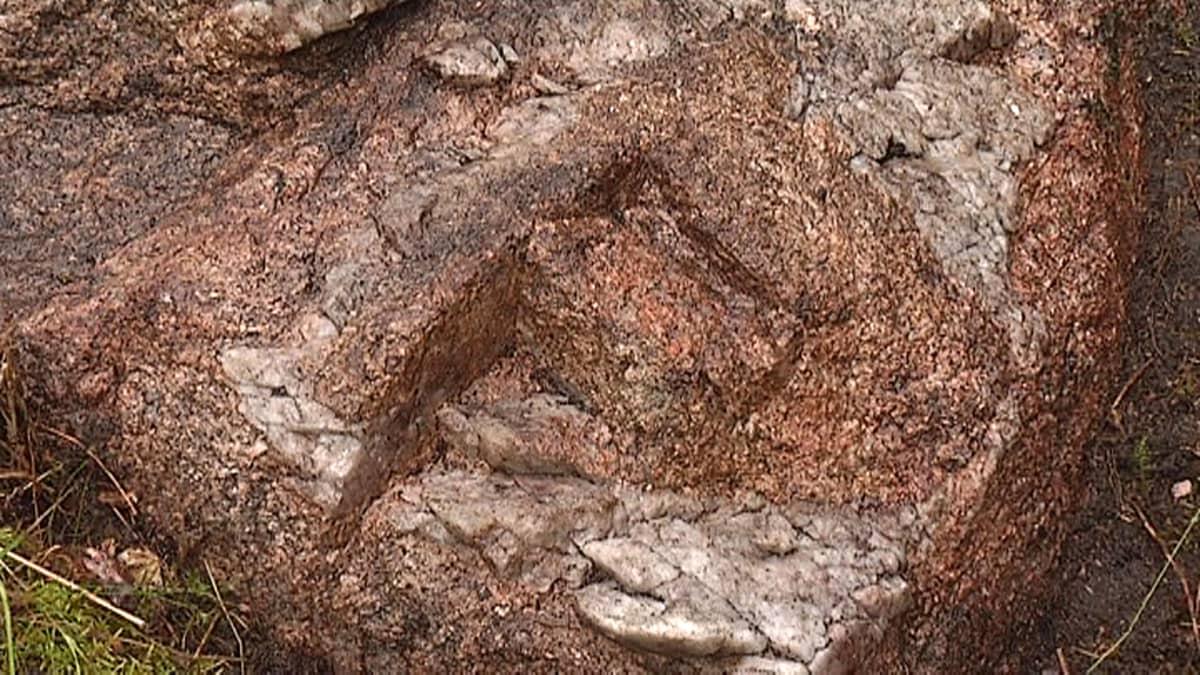 Kuurmanpohjan kaivausten lähellä oleva kallio, josta on irroitettu kvartsia työkalujen tekoa varten yli 10 000 vuotta sitten