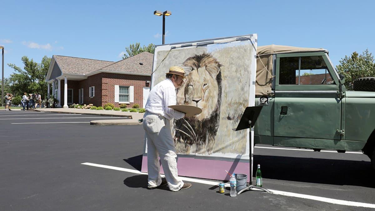 Taiteilija maalaa muotokuvaa Cecil-leijonasta.