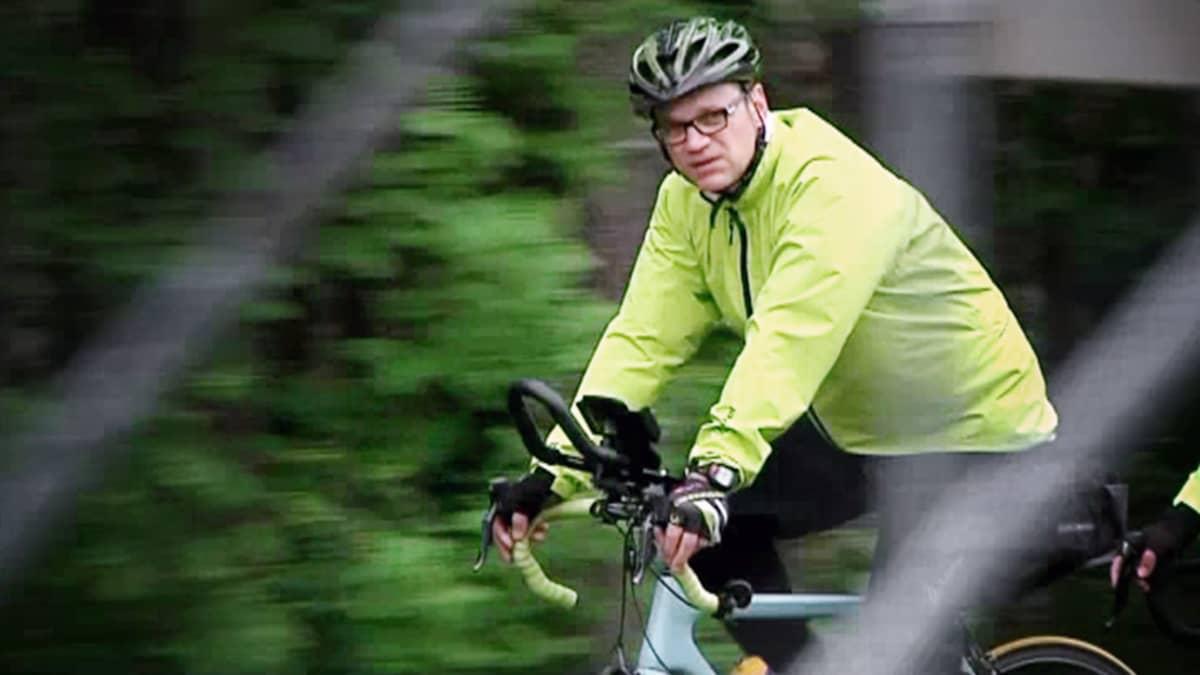 Juha Sipilä ajaa polkupyörällä.
