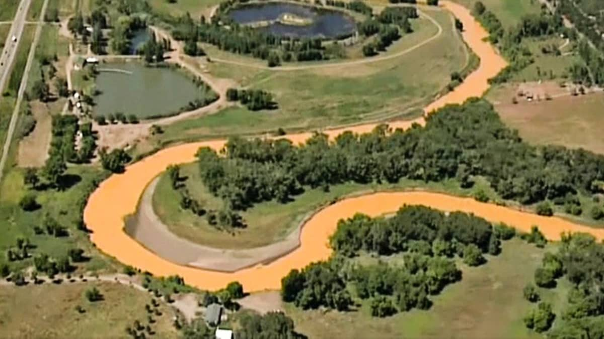 Coloradon osavaltiossa sijaitsevasta, käytöstä poistetusta kultakaivoksesta on purkautunut valtava määrä saastunutta vettä.