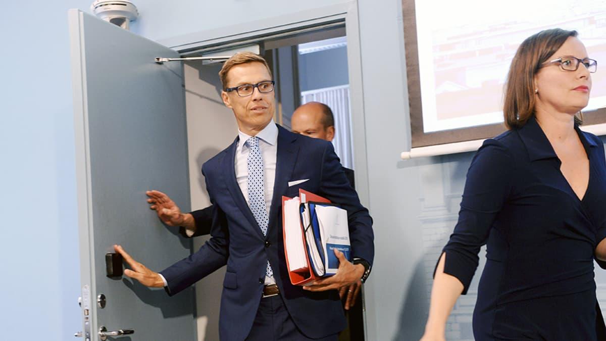 Alexander Stubb saapumassa esittelemään vuoden 2016 budjettiehdotusta  Helsingissä.