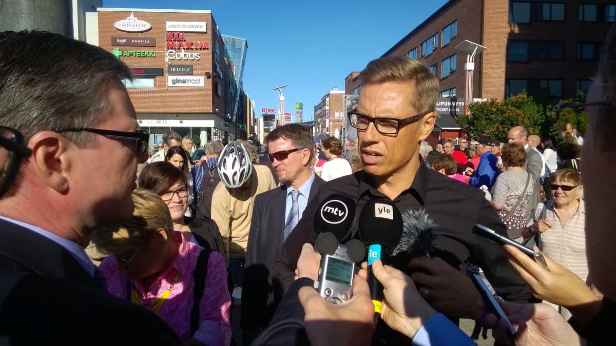Valtiovarainministeri Alexander Stubb (kok.) tiedotusvälineiden haastattelussa Rovaniemen Lordin aukiolla.
