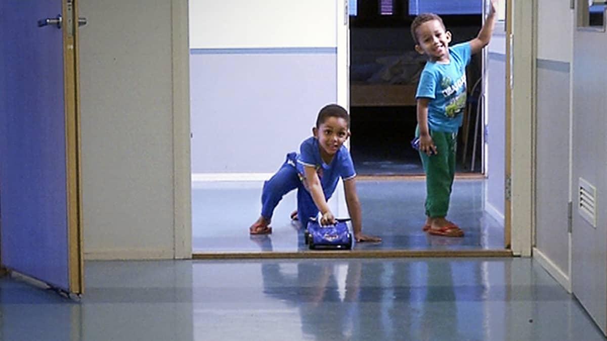 Lapsia vastaanottokeskuksessa Helsingissä.