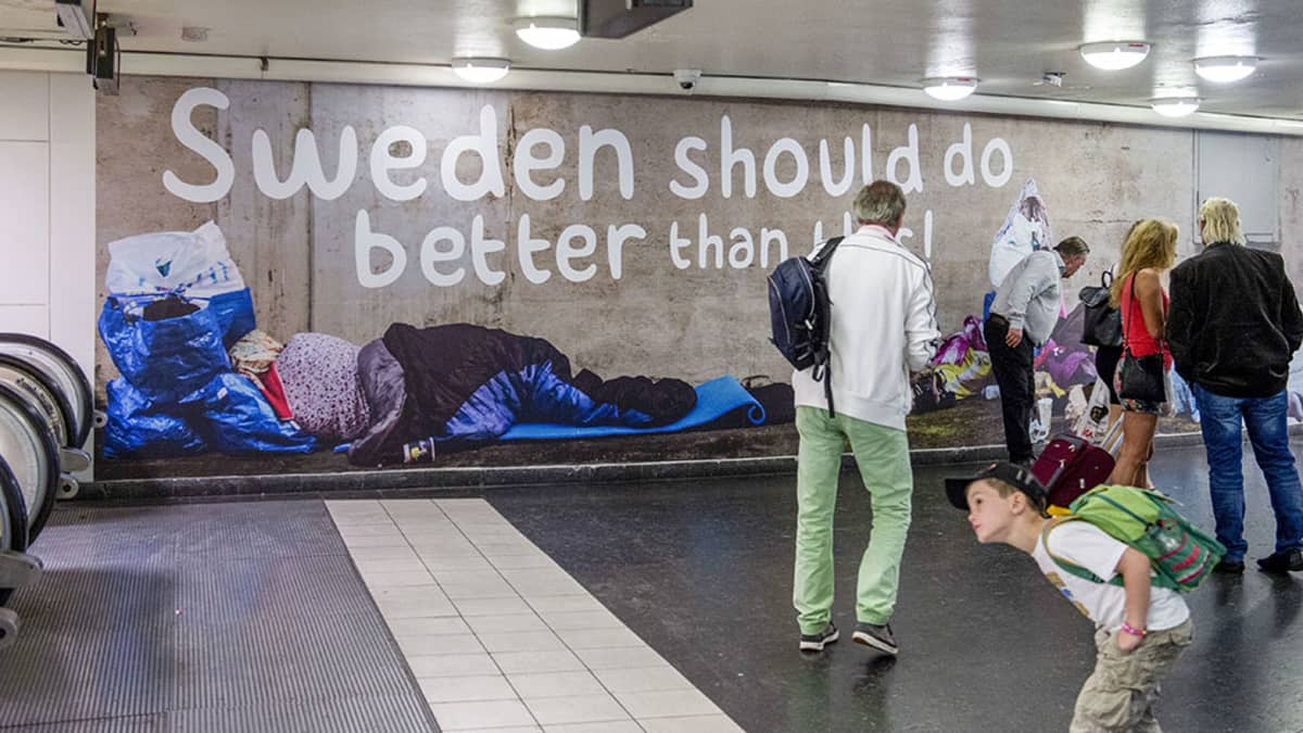 Ruotsidemokraattien julistekampanja metroasemalla Tukholmassa.