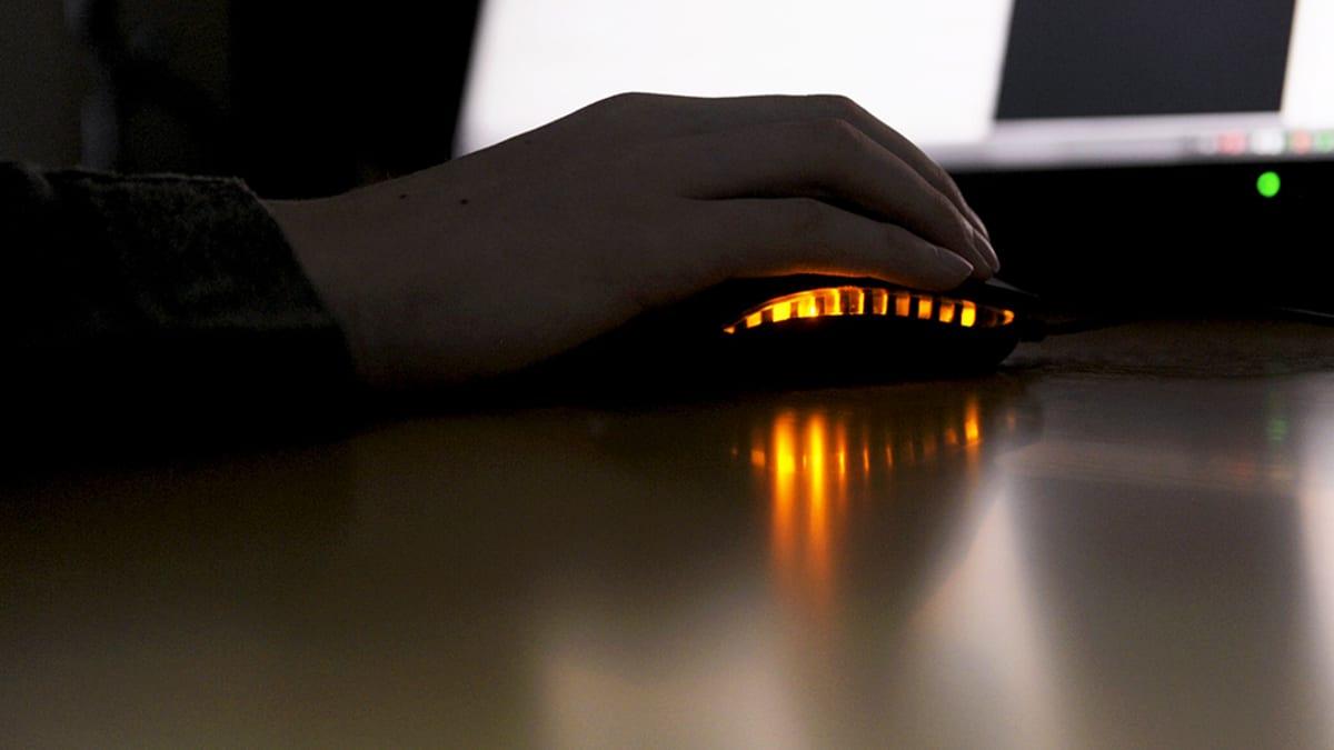 Henkilö käyttää tietokonetta.