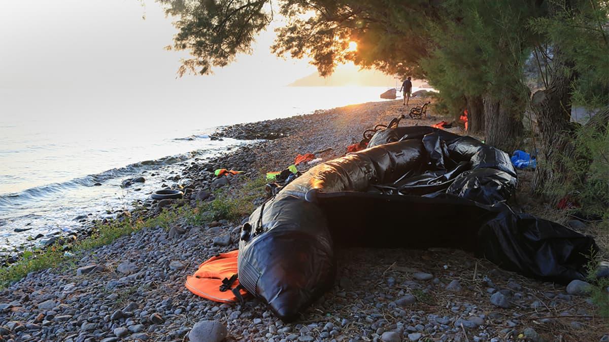 Osittain tyhjentynyt kumivene rannalla.
