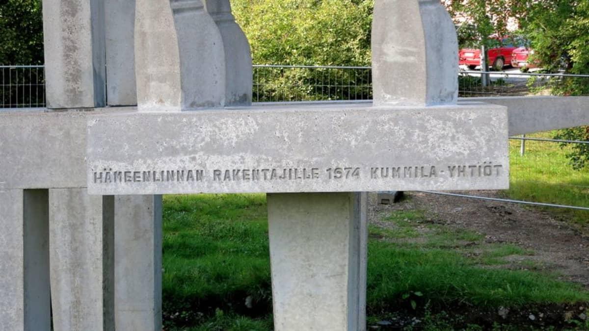 Rakentajat-monumentissa teksti Hämeenlinnan rakentajille 1974 Kummila-yhtiöt