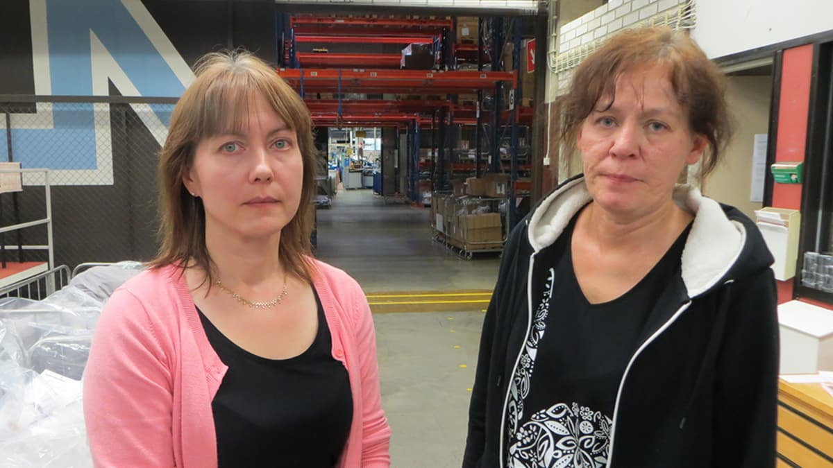 Nanson Tornion Sukkatehtaan luottamusmies Jutta Isometsä ja ammattiosaston puheenjohtaja Arja Düzköylü.