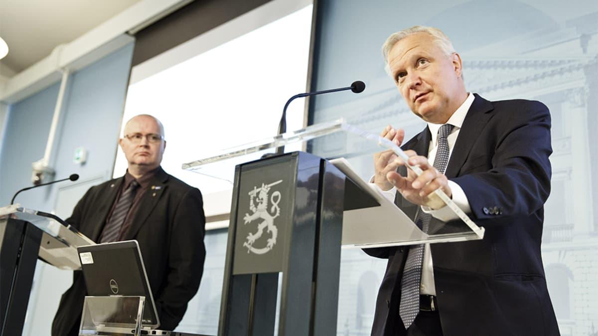 Olli Rehn ja Jari Lindström tiedotustilaisuudessa.