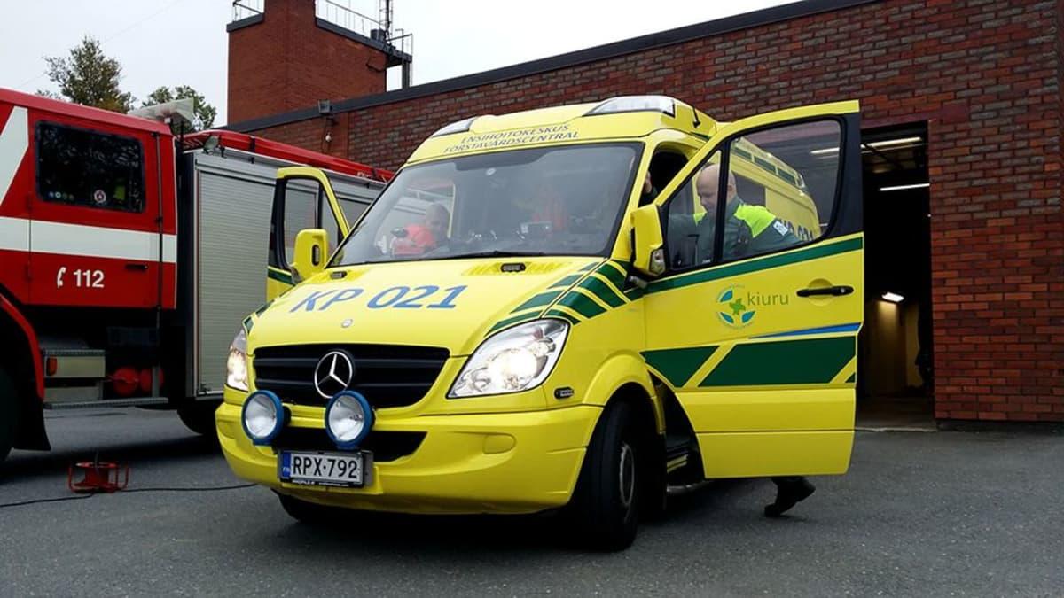Kuvassa ambulanssi ja vieressä paloauto
