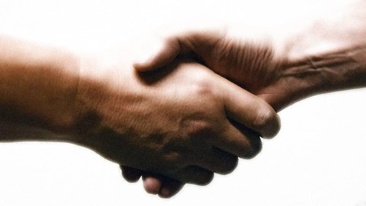 Kaksi miestä kättelee