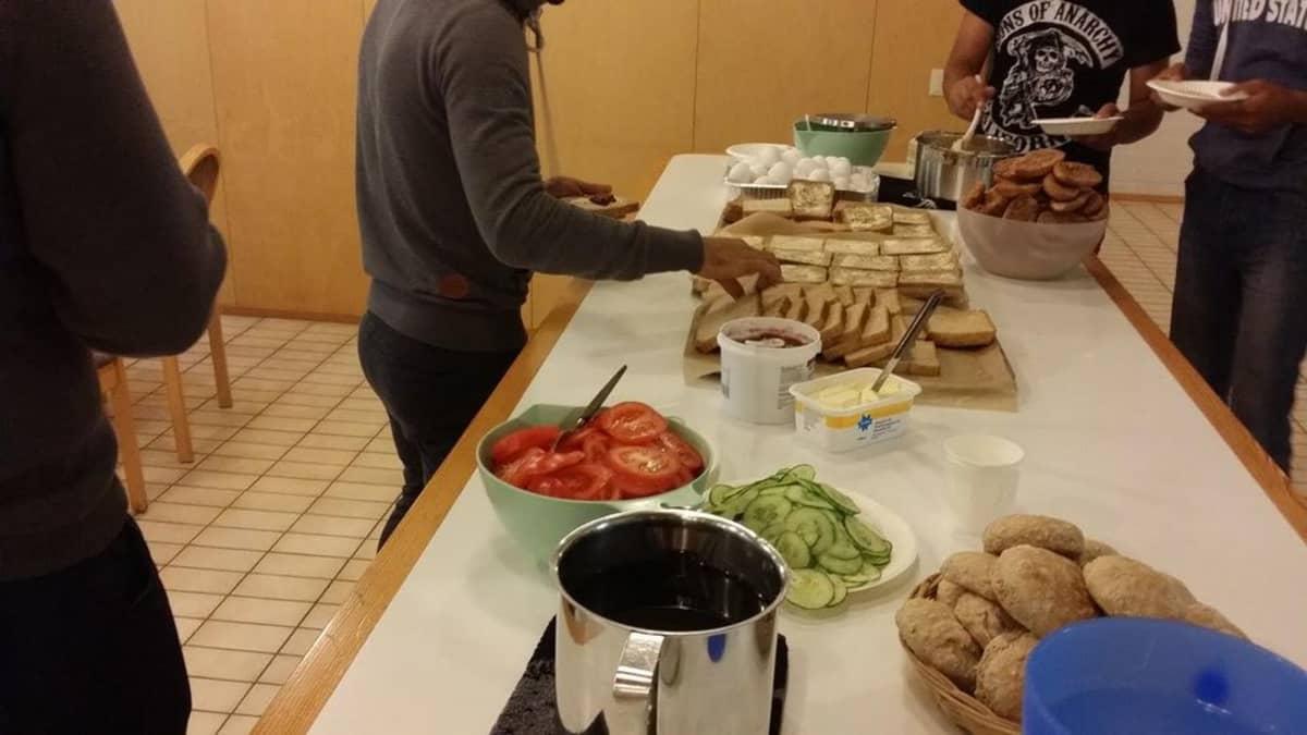 Turvapaikanhakijat ruokaa hakemassa. Turvapaikanhakijoille tarjotaan ensimmäisenä ruokaa. Muut asiat tulevat myöhemmin.