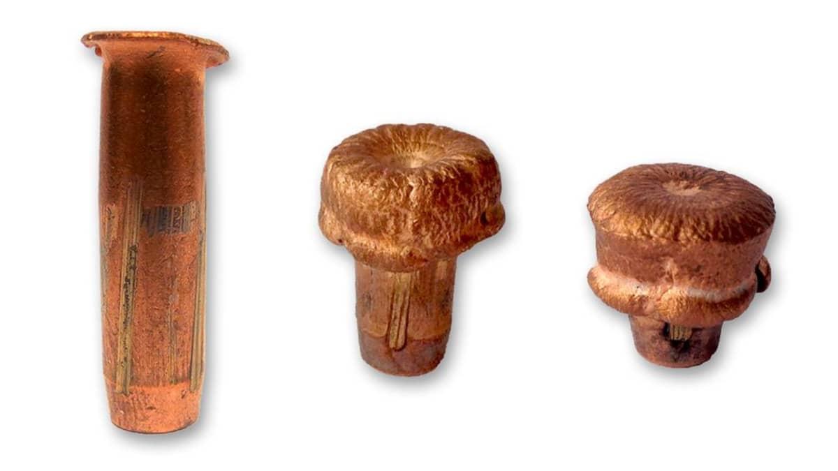Kuvassa kolme kuparista metsästysluotia.