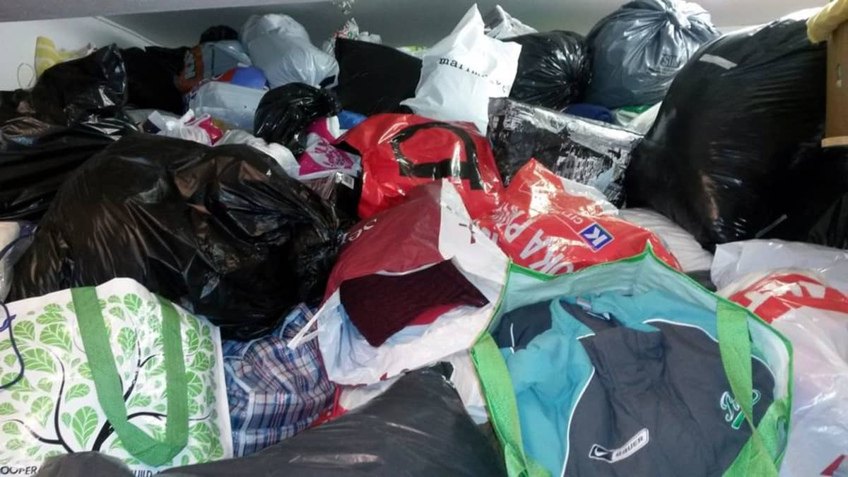 Lahjoitettua tavaraa muovikasseissa