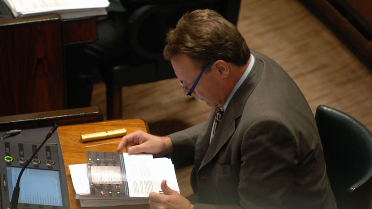 Kansanedustaja Ilkka Kanerva lukee eduskunnassa vuonna 2008