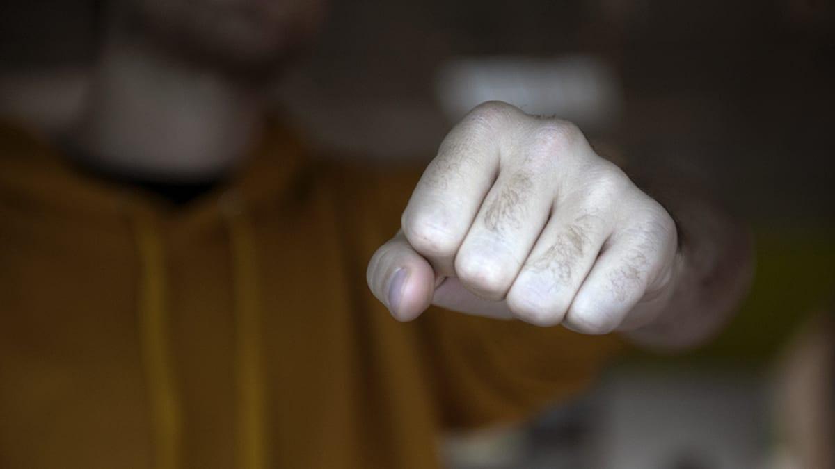 Miehen käsi nyrkissä.
