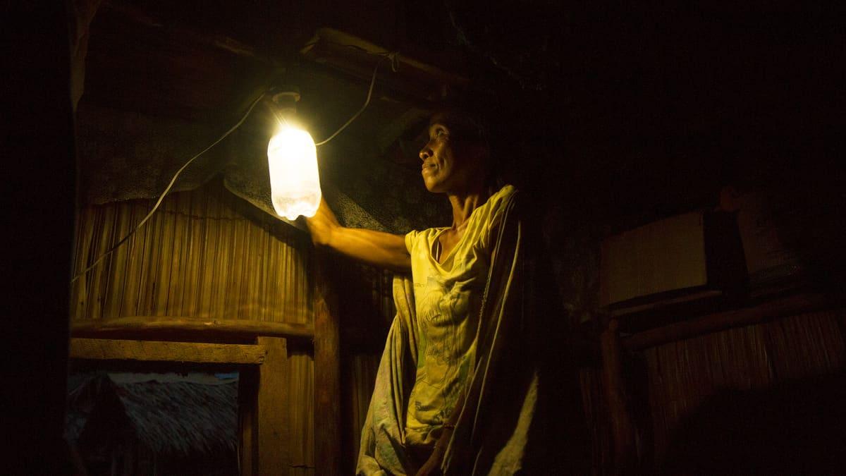 Maailmassa puolitoista miljardia ihmistä elää ilman sähkövaloa. Naziria Alimbitan napsauttaa valon päälle ensimmäistä kertaa kotonaan.