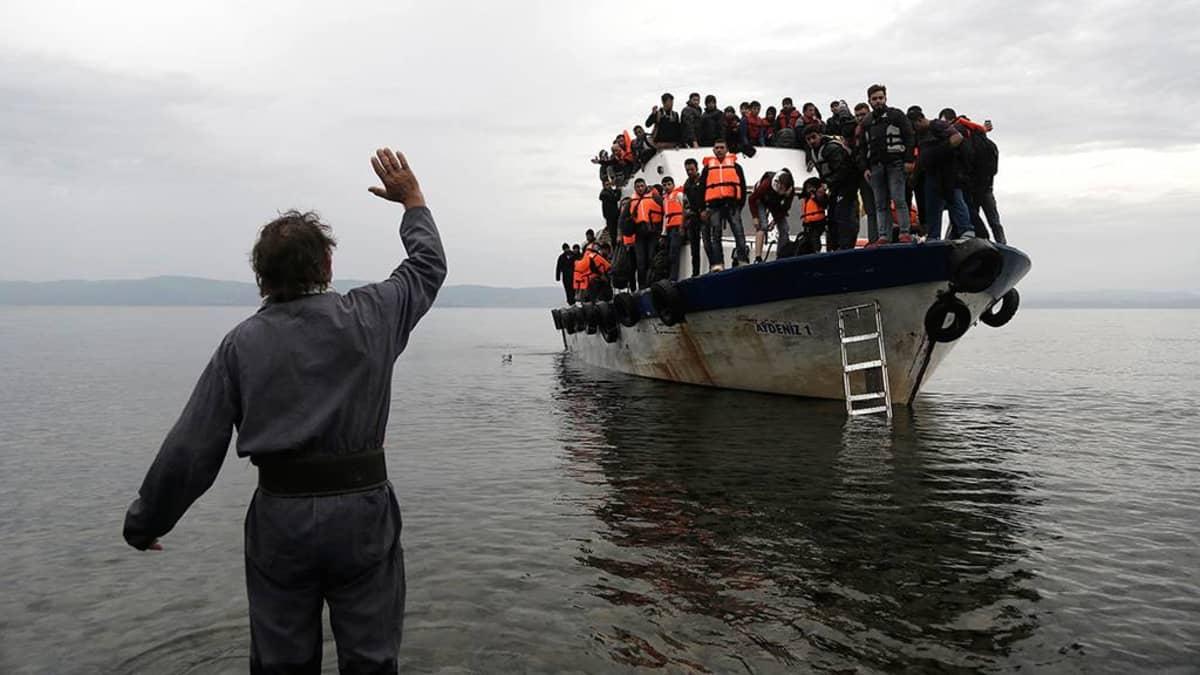 Turvapaikanhakijoita saapumassa Lesboksen saarelle.