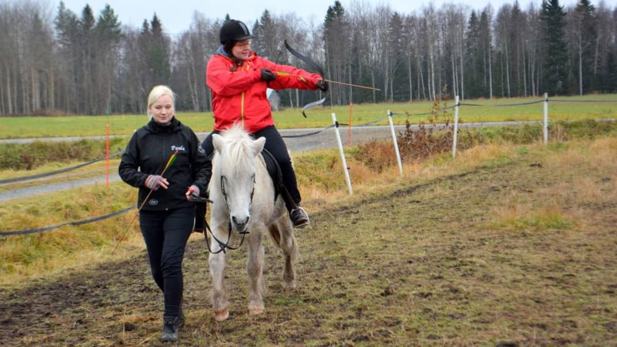 Ratsastusjousiammuntaa ensimmäistä kertaa kokeili toimittaja Minna Aula.