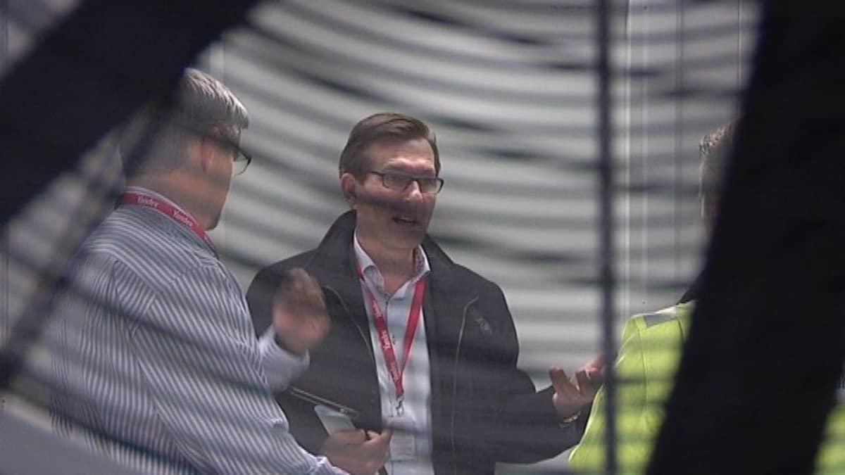 Toimitusjohtaja Harri Kari seisoo tietokonehallissa.