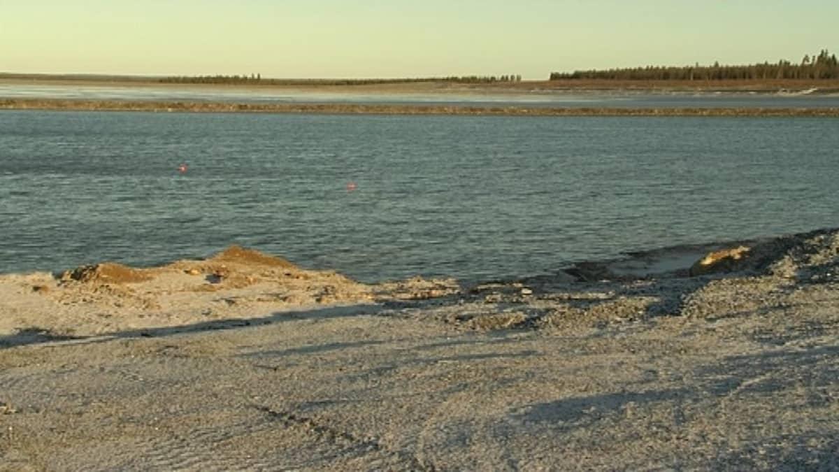 Kittilän kultakaivoksen jätealtaan vesi on liian korkealla. Sukeltajan löytämät altaan pohjamaton vuotokohdat on merkitty oransseilla poijuilla. Kittilän kaivos 27.10.2015